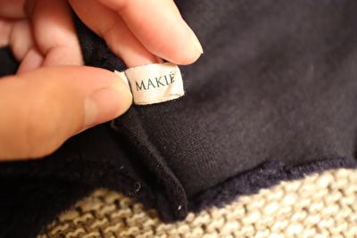 MAKIEの紺色のフリースボンネットの裏側のブランドタグの写真