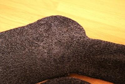 ファルケの靴下の毛玉がついた踵部分を取った写真