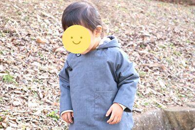 2歳7カ月になってMAKIEのGASAジャケット2Yサイズを着ている娘の姿