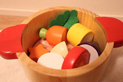 ウッディプッディのお鍋の中に野菜をたくさん入れている写真