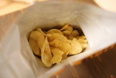 アイハーブで買ったポテトチップスを袋を開けて中をのぞいている写真