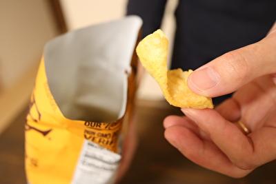 アイハーブで買ったポテトチップスを袋から出してみた写真