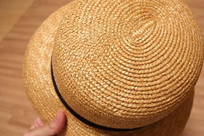 クラスカの麦わら帽子の編目のアップの写真