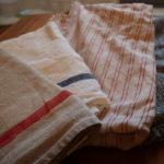 フォグリネンワークの茶色と白と赤のストライプと黒の格子柄のキッチンクロス4枚