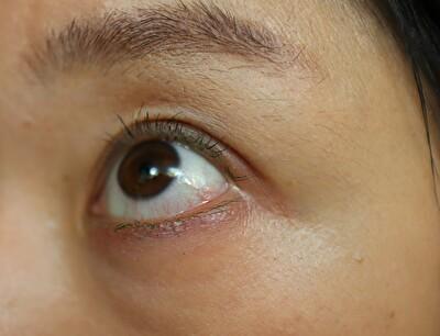 トーンのカラーマスカラのグリーンをつけた後の目元の写真