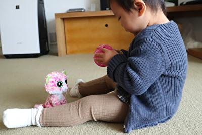 プチバトーのネイビーのカーディガンを着ている娘の横からの写真