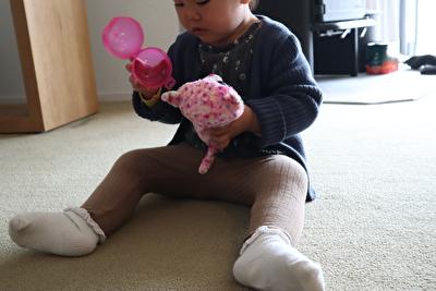 プチバトーのネイビーのカーディガンを着ている娘の正面の写真