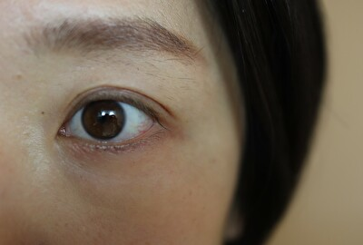 トーンのカラーマスカラをつける前の目元の写真