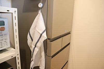 フォグリネンワークの白いキッチンクロスを冷蔵庫の横で使っている様子の写真