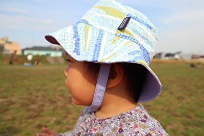 パタゴニアの帽子を娘がかぶっている写真