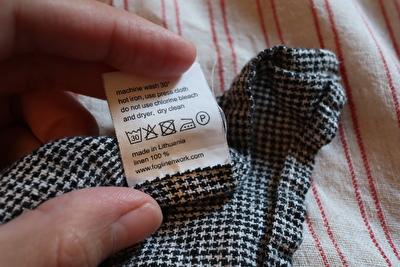 フォグリネンワークの黒い千鳥格子柄のキッチンクロスの洗濯表示