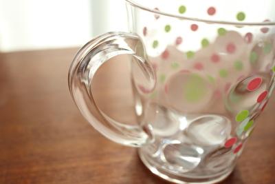 100均ダイソーの水玉柄のプラスチックコップの持ち手のアップ部分の写真