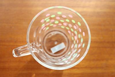 100均ダイソーの水玉柄のプラスチックコップを真上から撮った写真