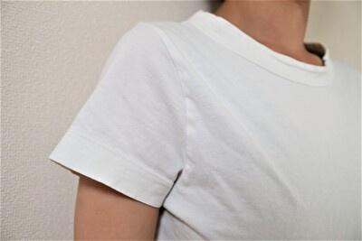 ホームススパンの白いTシャツの袖の着用感