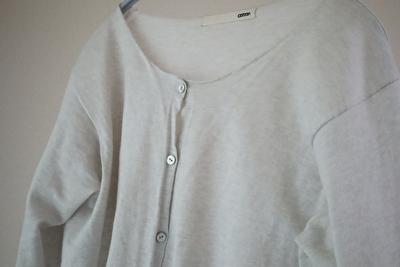 evamevaの綿の薄いグレーのカーディガンの襟元