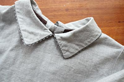MAKIEのグレーの長袖ブラウスの襟元