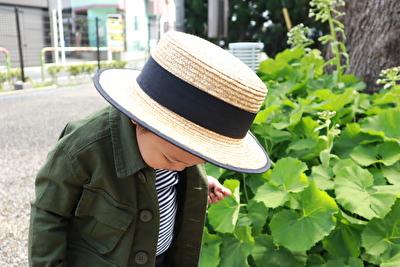 ZARABABYの麦わら帽子をかぶって下を向いている娘の写真