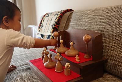 娘が三浦木地の雛人形で遊んでいる様子