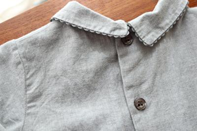 MAKIEのグレーの長袖ブラウスの背中側の襟