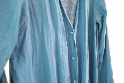 evamevaの青いリネン素材のローブのボタンのアップ