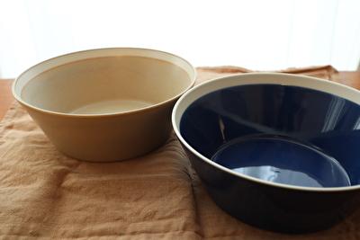 イイホシユミコのディッシーズシリーズのベージュと青の器