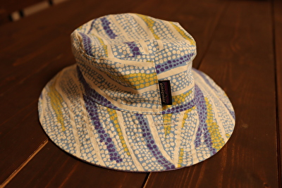 パタゴニアの子供用の水色の模様の帽子