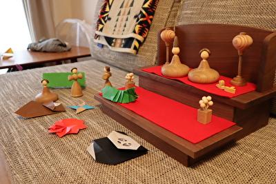 三浦木地の雛人形と折り紙で作った動物と並べている写真