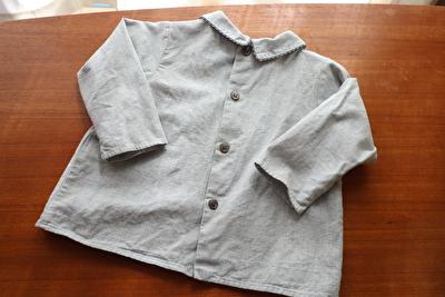 MAKIEのグレーの長袖ブラウスの背中側