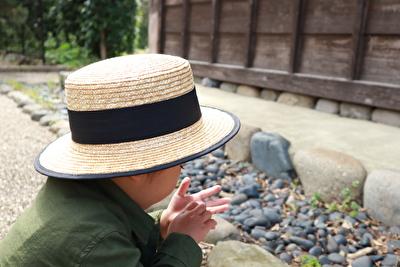 ZARABABYの麦わら帽子をかぶっている娘の写真