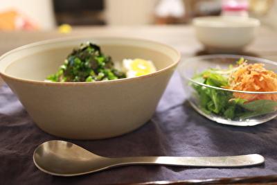 イイホシユミコのディッシーズシリーズのベージュのボウルLサイズに料理をのせている写真