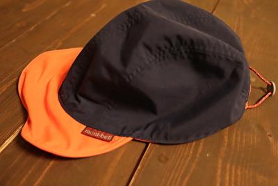 モンベルの子供用の紺とオレンジのキャップ