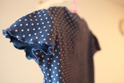 ZARABABYの青地に水玉の半袖の袖部分