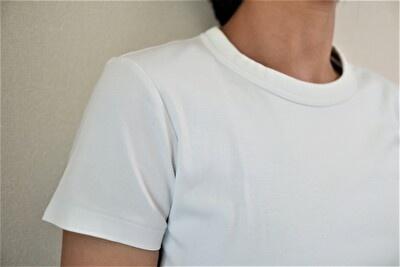 ユニクロUの白いTシャツの袖の着用感