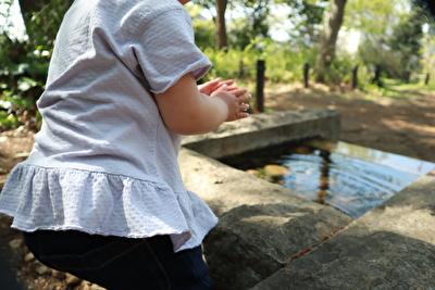 ZARABABYの薄紫の半袖を着ている娘の後ろ姿の写真