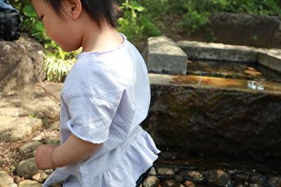 ZARABABYの薄紫の半袖を着ている娘の上半身を横から撮っている写真