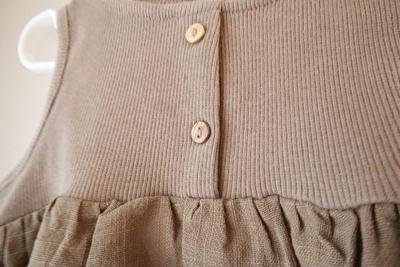 ZARABABYの茶色のタンクトップの胸元のボタンのアップ