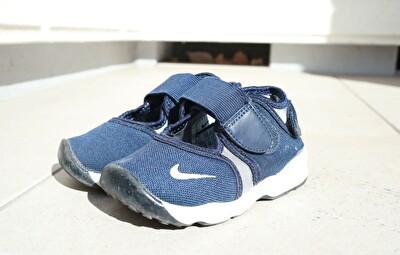 ナイキエアリフトのキッズの紺色の靴