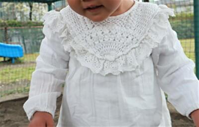 ZARABABYの白いブラウスを着ている娘の上半身のアップの写真