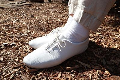 CROWNの白い靴を履いている自分の足元