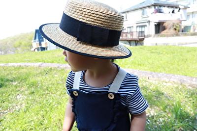 ZARABABYの紺色のサロペットを着た娘の上半身の写真