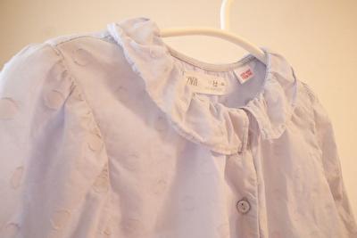 ZARABABYの水色のドット柄の長袖ブラウスの襟元