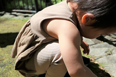 ZARABABYの茶色いタンクトップを着ている娘の上半身の腕回りのアップの写真