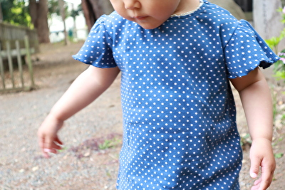 ZARABABYの青いドット柄のTシャツを着ている娘の写真