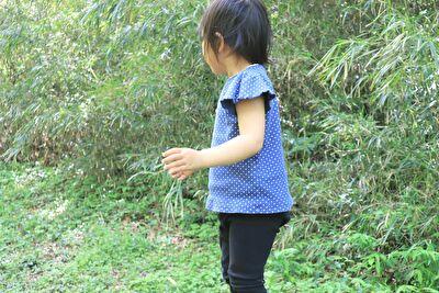 ZARABABYの2-3歳用サイズの青のドット柄のTシャツを着ている娘の横姿