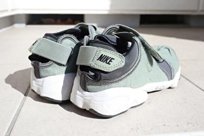 ナイキエアリフトのカーキの靴の後ろから撮った写真