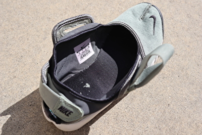 ナイキエアリフトのカーキの靴の足口を広げた写真