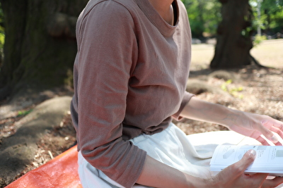 ホームスパンの茶色の七分袖を着て座っている自分の写真