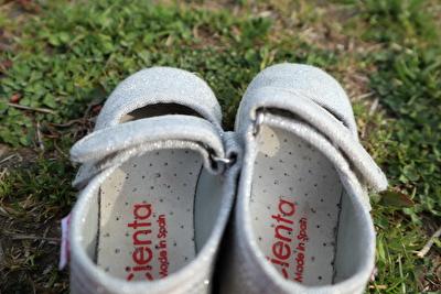 シエンタのシルバーのベルクロの靴を少し上から撮った写真