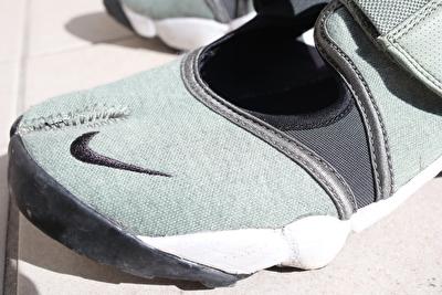 ナイキエアリフトのカーキの靴のつま先部分の写真