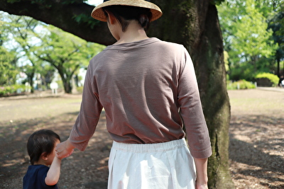 ホームスパンの茶色の七分袖を着ている自分の後ろ姿の写真